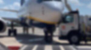 Yolcu Uçağı Yakıt Tankerlerine Çarptı