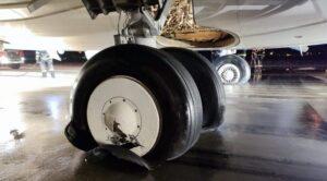 Yolcu Uçağının İnişinde Lastikleri Patladı