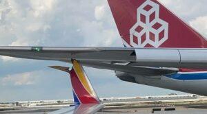 Kargo Uçağı Yerde Yolcu Uçağına Çarptı