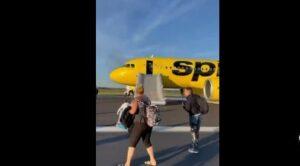 Yolcu Uçağı Kuşa Çarptı Yolcular Tahliye Edildi